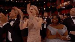 Nicole Kidman qui applaudi bizarrement